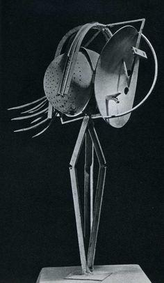 Pablo Picasso ~ Kop van een vrouw ~ 1929-1930 ~ IJzer en verf met plaatmetaal, vergiet en veren ~ 100 x 37 x 59 cm. ~ Musée Picasso, Parijs