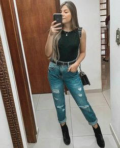Look calça jeans destroyed, body preto e bota cano curto. Classy Outfits, Chic Outfits, Summer Outfits, Girl Outfits, Fashion Outfits, Look Fashion, Girl Fashion, Fashion Spring, Look Star