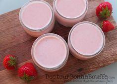 Recette simple et rapide pour faire des yaourts fait maison sans yaourtière. Recettes de yaourt maison aux morceaux de fraises.