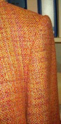 Подокатник Подокатники поддерживают вес ткани рукава, они заполняют пространство между плечевым швом и рукой, благодаря подокатникам шов втачивания рукава не проступает сквозь ткань. При использовании подокатника головка рукава получается более аккуратной и красивой. Можно использовать готовые подокатники, а можно изготовить их самим. Для этого вам пригодится тонкий синтепон, можно дополнительно прогладить его утюгом, тогда он станет еще тоньше и плотнее. Для создания фор...