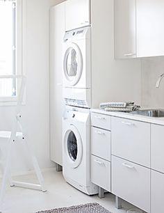 Särkänherra.  Tunnelma, kuin moderniin aittaan tai kalastajan tupaan astuisi. Topin keittiö toimii kuin unelma. Jokainen toiminto tarkasti harkittu ja persoonallisesti toteutettu. Aikuiseen makuun suunniteltu loma-asunto. Kodinhoitohuone ovimalli Kosketus OIP28 vaalea harmaa. Stacked Washer Dryer, Washer And Dryer, Washing Machine, Laundry, Home Appliances, Laundry Room, House Appliances, Washing And Drying Machine, Appliances