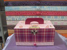 Peça em mdf. com excelente espaço interno, casulo para colocar esmaltes, gaveta para colocar alicates, lixas etc. Peça pintada na cor pink por dentro, encapada por fora com papel de decoupagem xadrez rosa, com alça de madeira, toda decorada. Peça toda envernizada, excelente acabamento. Pode se...