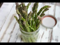 Store your asparagus like flowers This ridiculously easy tip will keep the green veggies looking and tasting fresh for up to two weeks. Translation: No more throwing away (or choking down) wilting shoots. How To Store Asparagus, Fresh Asparagus, Cooking Stone, Cooking Tips, Cooking Kale, Green Veggies, Fruits And Veggies, Real Food Recipes, Wine Bottles