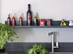 #Cuisine #Rangement Jouez sur les hauteurs, installez des étagères au mur pour gagner de la place.