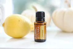 une+bouteille+d'huile+essentielle+de+citron+et+un+citron,+deux+produits+qui+luttent+contre+la+cellulite