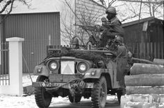 Militairen van 44 Pantserinfanteriebataljon in een NEKAF M38A1 tijdens oefening <i>Boeh-Merang III</i> in de omgeving van Sennelager (West-Duitsland). De 'kammen' op de helmen van deze militairen geven aan dat zij de rol van oefenvijand vervullen.