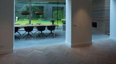 Combinatie woonbeton met Europees eiken tapis visgraat vloer extra donker gerookt + special white geolied gerealiseerd door MoreFloors - vloeren Breda
