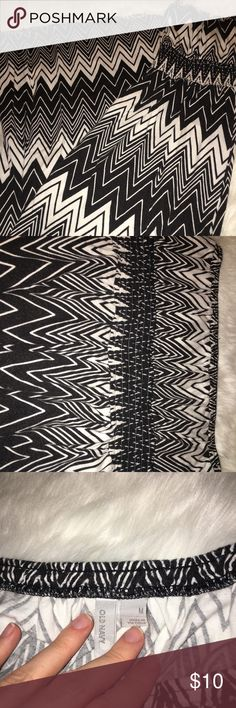 Old Navy Black And White Chevron Maxi Size Medium Old Navy Size Medium Black and white chevron pattern Ruching under busy area for fit Maxi length strapless Great for spring/summer From a smoke and animal free home Old Navy Dresses Strapless