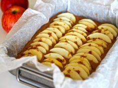 Omenakakku saa astetta paremman maun, kun joukkoon lisätään hitunen ruskistettua voita, Sikke Sumari vinkkaa. Hot Dogs, Sausage, Food And Drink, Sweets, Cheese, Baking, Ethnic Recipes, Sweet Pastries, Goodies