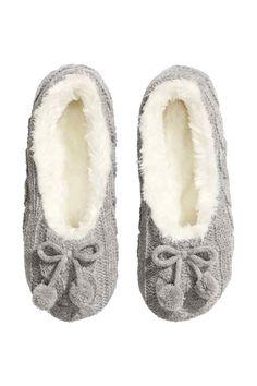 Pantofole in maglia: Pantofole in maglia a trecce con suola morbida. Fodera in tessuto tipo pelliccia e fiocchetto decorativo davanti.