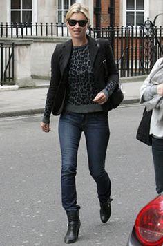 セレブカジュアルドットコム ケイト・モス(Kate Moss)・お気に入りのBen Amun(ベンアムン)のコインネックレスにSUPERFINE(スーパー ファイン)のスキニーデニム!アズディン・アライア(Azzedine Alaia)ニーハイブーツを穿いてお買い物に!・最新私服ファッション画像・ケイト・モス