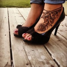 love the idea of having a henna design there in heels like that.