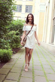 Look da Tati Baumjohann vestido branco ombro a ombro sandalia franjas BlogPPV 4