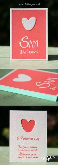 letterpers_letterpress_geboortekaartje_Sam_hand_getekend_eigen_handschrift_koraalrood_hart_relief Baby Shower Cards, Baby Cards, Baby Announcement Cards, Buy Buy Baby, Paper Hearts, Sign Design, Letterpress, First Birthdays, Baby Boy