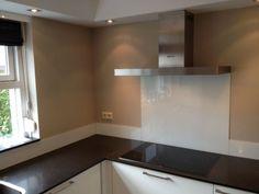 Interieur | Keukenglas geeft je keuken een luxe uitstraling - Stijlvol Styling woonblog www.stijlvolstyling.com (witte spatwand van glas)