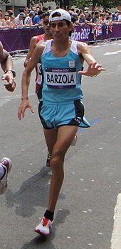 Este es un corredor con Argentina en los Juegos Olímpicos. Su nombre es Miguel Bárzola.