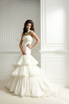 大き目のフリルがポイントのマーメイドドレス。光沢サテン、オーガンジーを使用。フリルはアシンメトリーなデザインです。