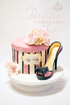 Pink flowers box with high-heeled shoes by Boutique Cookies Cakes