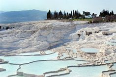 Azja. Pamukkale, Turcja.  Nieduża miejscowość w okolicy Denizli w Turcji. Ciekawostką geograficzną, która rozsławiła Pamukkale są baseny termalne i białe osady wapna na ścianach wzgórza Cokelez. Woda spływająca zboczem góry gromadzi się tu w licznych nieckach, które tworzą charakterystyczne tarasy. Pamukkale to bez wątpienie ulubiony przez turystów punkt wycieczek w Turcji.