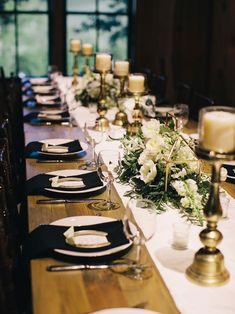 mesa de convidados com decoração de casamento rústico em preto e branco