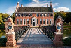 Fraaie borgen in Groningen Short Break, Red Bricks, Modern Buildings, Interior Architecture, Netherlands, Farmhouse, Mansions, House Styles, Home