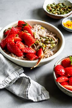 This healthy, hearty breakfast will keep you full and energized to start the day! It's packed with superfoods and flavor. Healthy Strawberry Recipes, Whole Food Recipes, Vegan Recipes, Real Maple Syrup, Pumpkin Seed Recipes, Porridge Recipes, Clean Eating, Healthy Eating, Freshly Squeezed Orange Juice