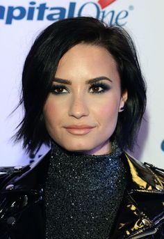 General picture of Demi Lovato - Photo 1 of 7135 Short Dark Hair, Short Straight Hair, Demi Lovato Short Hair, Demi Lovato Makeup, Androgynous Haircut, Celebrity Makeup Looks, Hair Color For Women, Thalia, Divas
