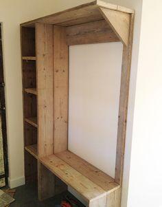 Kapstok Geertje maken wij op maat in je eigen woning! De grote kapstok is voorzien van een hanggedeelte, een aantal vakken en een schoenenrek onderin.