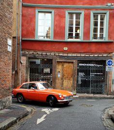 MGB GT 1967 dans la rue