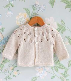 Suuri Käsityö -lehti teki ohjeet kruununprinsessa Victorian ja prinssi Danielin vastasyntyneen prinsessa Estellen neulenuttuun. Baby Cardigan Knitting Pattern, Knitted Baby Cardigan, Knitted Baby Clothes, Baby Knitting Patterns, Lace Knitting, Knitting For Kids, Crochet For Kids, Crochet Baby, Knit Crochet