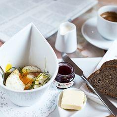 """🥐 BREAKFAST Der beste Start in den ☀️ Tag ist und bleibt ein feines #Frühstück. Zwar dürfen wir Dich noch nicht in unserem #Kaffeehaus """"bekochen"""", aber unser Newspaper Frühstück schaffst Du ganz leicht auch bei Dir zu Hause: Zwei Eier 🥚🐣 im Glas, 2 Scheiben Deines Lieblingsbrotes und/oder einer Handsemmerl, goldgelbe Butter, fruchtige 🍒 Marmelade und eine Tasse Kaffee. ☕️ Die Zeitung 🗞 dazu ist optional 😉. Ma guat! Tableware, Butter, Cup Of Coffee, Marmalade, Brot, Coffee Cafe, Food Food, Newspaper, Dinnerware"""