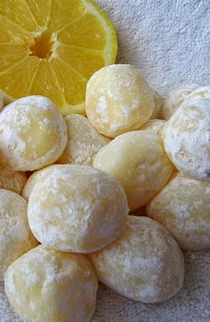 White Chocolate Lemon Truffles ~ Easy recipe with only 6 ingredients! Silky smooth, creamy and delicious due to the white chocolate, these lemony truffles will surely impress. Makes a lovely gift! Use sugar free white chocolate and powdered erythritol Lemon Desserts, Lemon Recipes, Sweet Recipes, Lemon Candy Recipe, Candy Recipes, Dessert Recipes, Recipes Dinner, Trifle Desserts, Dessert Sauces