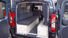 Deze Peugeot Expert hebben wij voorzien van een maatwerk interieur met originele stoffering en een uitgebreid elektrapakket.
