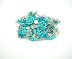 He encontrado este interesante anuncio de Etsy en https://www.etsy.com/es/listing/217933894/beadwork-bracelet-turquoise-bracelet