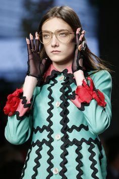 Gucci Spring 2016 Ready-to-Wear Fashion Show. Detalle en las terminaciones. Zig zag.