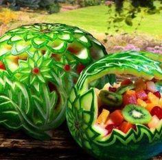 Een prachtige presentatie voor zomers fruit uit een uitgesneden meloen. Door katherina