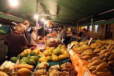 Feira noturna de produtos orgânicos, no Largo da Ordem. Foto: Cesar Brustolin/SMCS