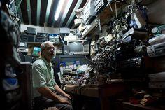 Un piccolo negozio di elettronica a Fes in Marocco.