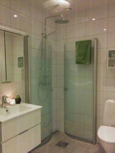 Lilla badrummet. Duschvägg IFÖ, blandare Mora,  inredning Svedbergs.