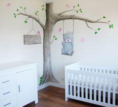 Babykamer met Me to You beertje en boom muurschildering. Op het bord aan de boom komt nog de naam van de baby in houten letters.