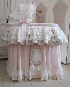 shabby baby bassinet, old fashioned style DIY idea Shabby Chic Baby, Baby Bassinet, Baby Cribs, Bassinet Cover, Baby Kind, Baby Love, Creation Deco, Moses Basket, Everything Baby