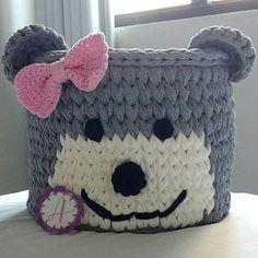 Cesto 30x30cm de ursinha cinza, perfeita para guardar brinquedos! Cabe muita coisa! ❤ Crochet Crafts, Easy Crochet, Crochet Toys, Crochet Basket Pattern, Crochet Patterns, Yarn Projects, Crochet Projects, Crochet Purses, T Shirt Yarn