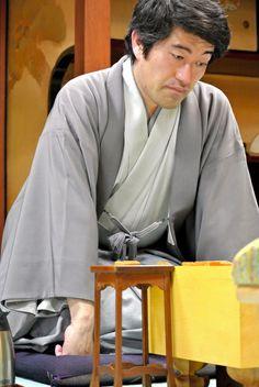 昼食後の対局に臨む森内俊之名人=20日午後1時26分、千葉県成田市、山本和生撮影 ▼20May2014朝日新聞|将棋名人戦 第4局1日目ダイジェスト http://t.asahi.com/ertx #Toshiyuki_Moriuchi #Meijinsen_2014