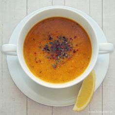 Rozgrzewająca zupa z czerwonej soczewicy - z dodatkiem aromatycznych przypraw, skropiona sokiem z cytryny.