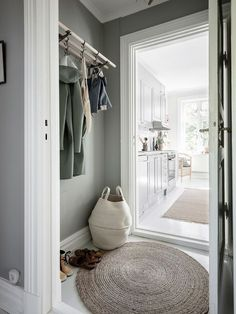 Foyer Decorating, Interior Decorating, Modern Interior Design, Interior Design Living Room, Scandinavian Home Interiors, Wood Bedroom Furniture, White Rooms, Home And Living, Interior Inspiration