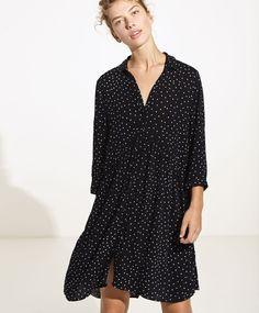 Платье-рубашка в мелкий горошек, 3299руб - Короткое платье-рубашка с рукавами длиной 3/4 и застежкой на потайные пуговицы. Размеры изделия: длина от места соединения горловины и плеча – 84 см, ширина груди – 51 см, ширина по бедрам: 42 см. Данные размеры соответствуют испанскому размеру M. - РАСПРОДАЖА Лето 2017 | OYSHO