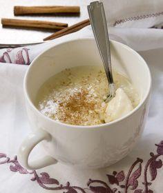 Οι πιο σκληροπυρηνικοί θα το φάμε ζεστό-ζεστό από την κατσαρόλα, οι υπόλοιποι αφού κρυώσει. Περί ρυζόγαλου ο λόγος φυσικά...