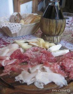 Tagliere con formaggi, carne salada, affettati misti Dolomiti Veneto Italia