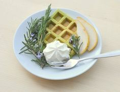 Spinach waffles and goat cheese chantilly, miam! Breakfast For Dinner, Breakfast Recipes, Cheese Waffles, Vegetarian Appetizers, Goat Cheese, Spinach, Food And Drink, Tasty, Favorite Recipes