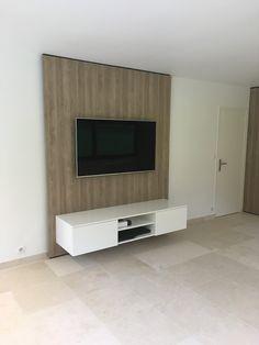 afin de pouvoir suspendre votre télévision sans câbles visible, nous avons créè un meuble télé suspendu avec un panneaux de fond en effet ton bois structuré, élégant et chaleureux